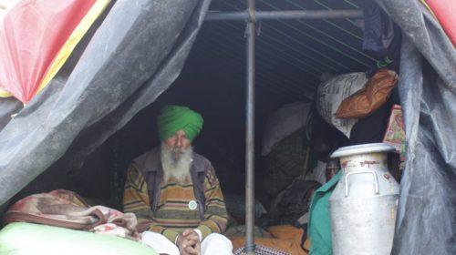 निरंकारी मैदान में किसानों ने बनाए चूल्हे, तवे पर सिक रहीं रोटियां