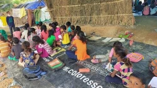 दिल्ली: खुद छात्र बने गरीब बच्चों के अध्यापक, फ्लाईओवर के नीचे चल रहे 'यमुना खादर पाठशाला'